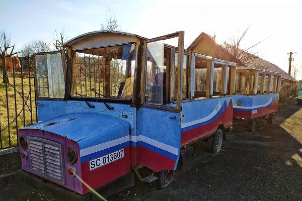 Opustený turistický vláčik v komplexe Domica Resort.