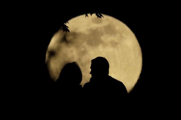 Pár sleduje Mesiac v splne v parku v americkom meste Kansas.