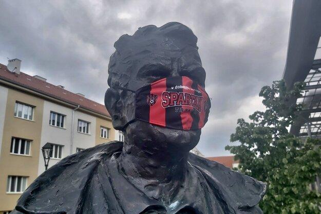 Koronavírus na Slovensku: Socha bývalého futbalistu a trénera Antona Malatinského s ochranným rúškom.