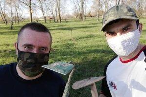 Jozef Lutišan (vľavo) skolegom vlesíku.