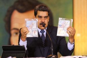 Prezident Nicolás Maduro s dokladmi Lukea Alexandra Denmana a Airana Berryho.