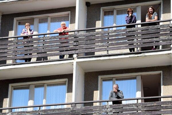 Z izby len na balkón, karanténa je prísna.