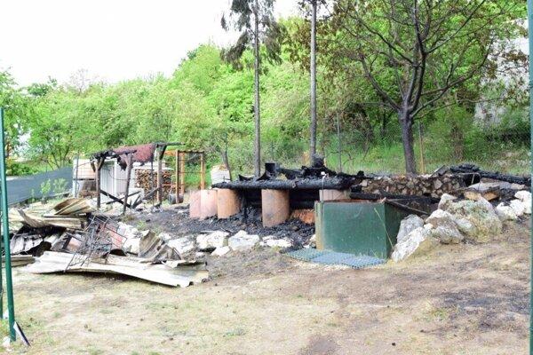 Chata úplne zhorela.