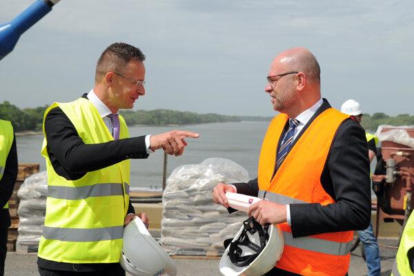 Zľava Minister zahraničných vecí a obchodu Maďarska Péter Szijjártó a podpredseda vlády pre ekonomiku a minister hospodárstva Richard Sulík.