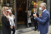Belgický kráľ Philippe sa rozpráva s majiteľmi obchodov v centre Bruselu.