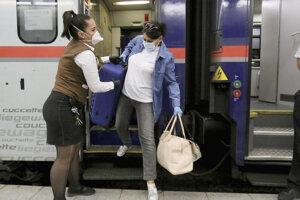 Príchod vlaku s rumunskými opatrovateľkami na viedenskú stanicu Schwechat.