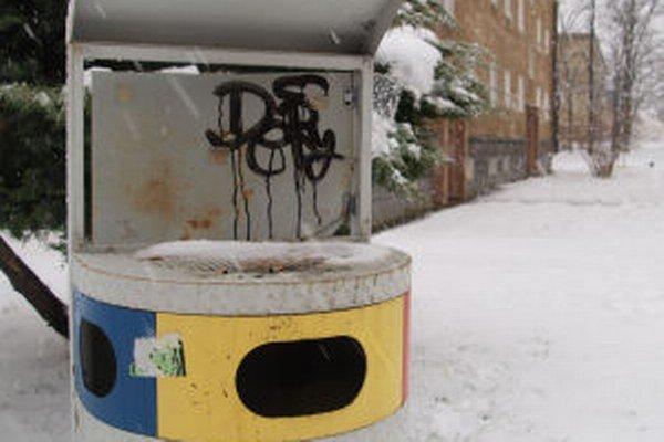 Masívne koše sú častým terčom vandalov.