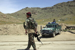 Afganský vojak hliadkuje na mieste bombového útoku v Kábule - archívna fotografia.