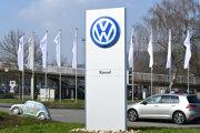 Logo nemeckej automobilky Volkswagen v areáli závodu v nemeckom Baunatali.