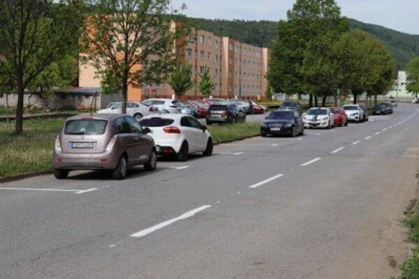 Pozdĺžne parkovanie na Ulici 17. novembra v Sabinove.