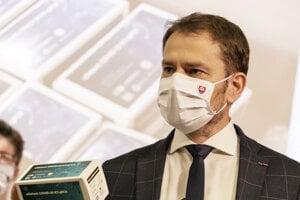 Premiér Matovič s diagnostickým kitom pre 500 testov na COVID -19.