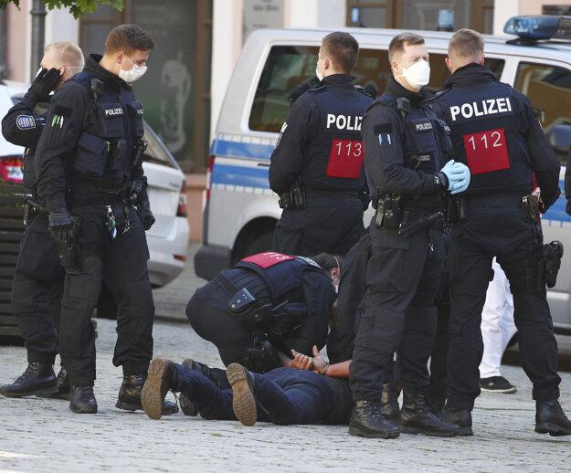 Nemecká polícia zasahuje proti účastníkom protestu v meste Gera.