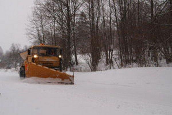 Sneh v Kremnici a okolí museli cestári odhŕňať od skorého rána.