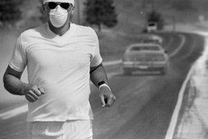 Muž počas behu pri meste Moscow v štáte Idaho. Na tvári má masku, aby nevdychoval popol z erupcie sopky Saint Helens, ktorá je od tohto miesta vzdialená viac ako 500 kilometrov.