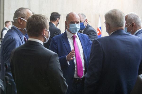 Uprostred viceprezident Republikovej únie zamestnávateľov Mário Lelovský počas 1. rokovania Hospodárskej a sociálnej rady.