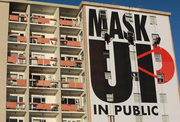 Koronavírus vo svete: Billboard vyzývajúci k noseniu ochranného rúška. Kapské mesto, 16. mája 2020.