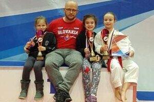 Medailistky z KUMADE (zľava): Rebeka Repková - 3. miesto, tréner Tomáš Kleman, Lucia Slmaková - 2. miesto a Romana Streicherová - 3. miesto.