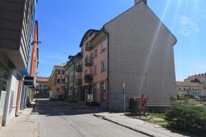 Obyvatelia bytovky majú dlhoročný problém s hlukom na ulici.