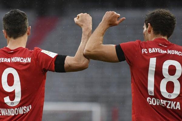 Na snímke hráči Bayernu, zľava Leon Goretzka a Robert Lewandowski oslavujú gól.