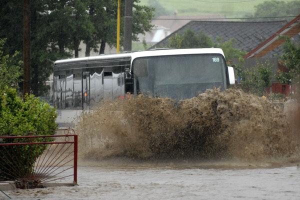 Pravidelná autobusová linka v Ždani, šofér mal problém raziť si cestu hlbokou vodou.