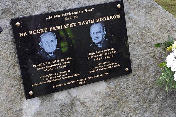 Pamätná tabuľa vo Varhaňovciach.