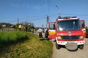Pri zrážke vlaku a auta zasahovali hasiči.