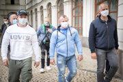 Pavel Kiseľ, Andrej Mozoláni a ďalší členovia Únie fitness centier Slovenska prichádzajú na Úrad vlády.