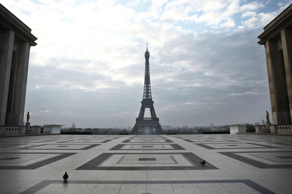 Výhľad z prázdneho námestia Trocadero na Eiffelovu vežu 18. marca 2020.