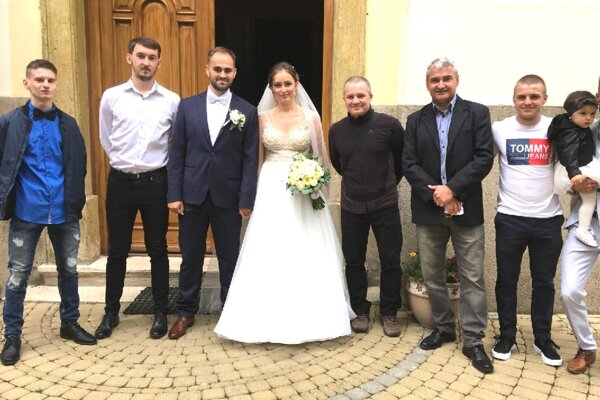 Novomanželom prišli gratulovať priatelia z futbalového klubu v Močenku.