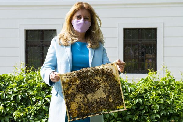 Zuzana Čaputová počas predstavenia projektu Mestské včely v Prezidentskej záhrade.