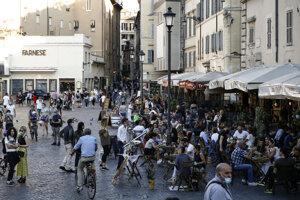 Taliani cez víkend po mesiacoch zaplnili bary a reštaurácie, starostovia sa boja novej vlny nákazy.