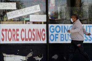 Koronavírus vo svete: Muž kráča popri zatvorenom obchode v Niles 21. mája 2020.