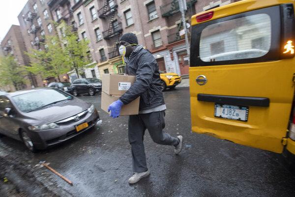 Taxikár Mor Diop roznáša po Bronxe krabice s jedlom.