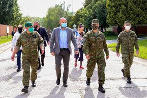 Zľava: Náčelník Generálneho štábu Ozbrojených síl SR Daniel Zmeko a minister obrany SR Jaroslav Naď počas návštevy vojenských útvarov v Nitre a Seredi. Bratislava, 28. máj 2020.