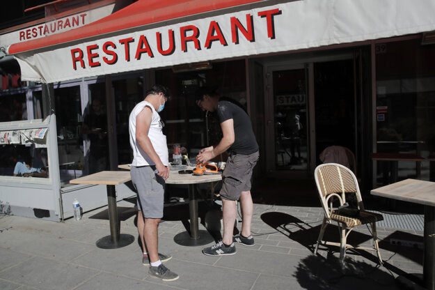 Vo francúzskom Boulogne-Billancourt sa pripravujú na znovuotvorenie reštaurácií po tom, ako premiér Édouard Philippe oznámil uvoľnenie opatrení proti šíreniu koronavírusu.