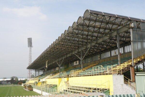 Prievidzský štadión má už teraz pre divákov 2700 miest na sedenie.