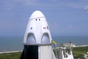 Vesmírna loď Dragon na vrchole rakety Falcon 9 krátko pred pokusom o štart.