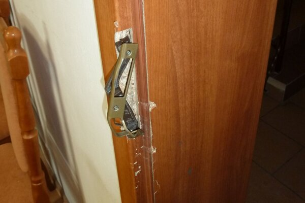 Zlodeji vylomili všetky zamknuté dvere.