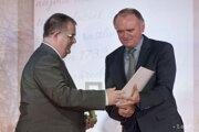 Roman Hradecký (vľavo) preberá ocenenie Múzeum roka 2015 z rúk štátneho tajomníka ministerstva kultúry SR Milana Sečíka.