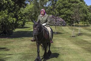Britská kráľovná Alžbeta II. jazdí na 14-ročnom poníkovi menom Balmoral Fern areáli Windsorského zámku, vzdialeného 30 kilometrov od Londýna v nedeľu 31. mája 2020.