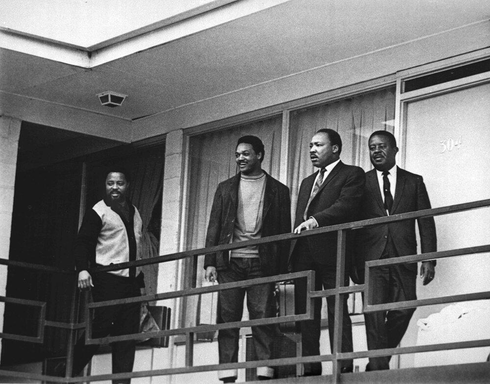 3. apríl 1968.  Na balkóne Lorraine Motel v Memphise, zľava Hosea Williams, Jesse Jackson, M. L. King a Ralph Abernathy.