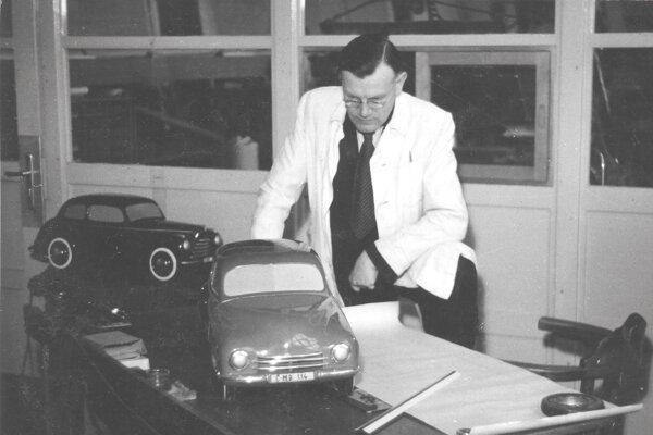 Jozef Velebný s modelmi áut Škoda 1101 Tudor (v pozadí) a Škoda 1200. Fotka z roku 1950.