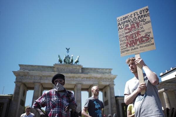Protest pri Brandenburgskej bráne v Berlíne.