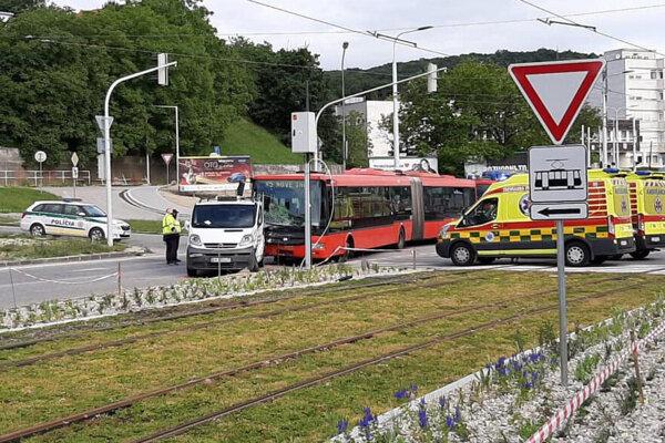 Zrážka autobusu MHD a dodávky na Karloveskej ulici.