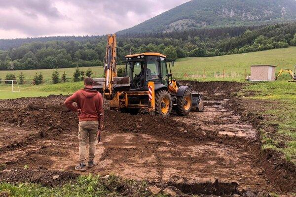 V Praznove začali s výstavbou ihriska.