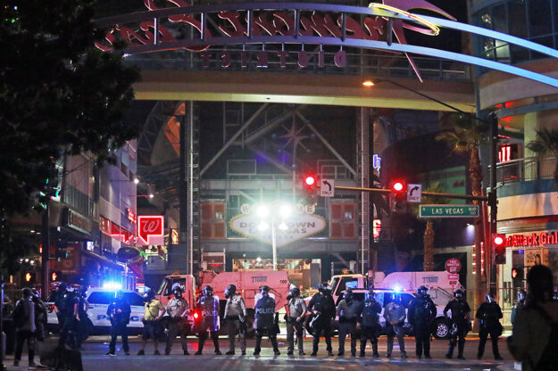 Policajný kordón na Fremont Street v Las Vegas.