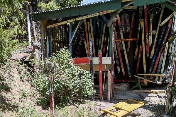 Oáza po zásahu vandalov.