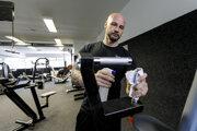 Majiteľ Iron Gym Tomáš Lupták dezinfikuje športové náradie vo fitnescentre v mestskej časti Karlova Ves v Bratislave.