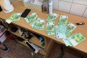 Pri policajnej akcii boli zaistená biela kryštalická látka v množstve 0,5 kg a zaistené aj mobilné telefóny a finančné prostriedky vo výške 20-tisíc eur.