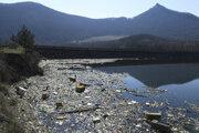 Priehradu Ružín musia pravidelne čistiť od naplaveného odpadu. Takto vyzerala v apríli 2020.